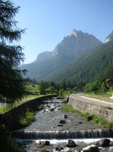 passeggiata lungo fiume a Pozza di Fassa